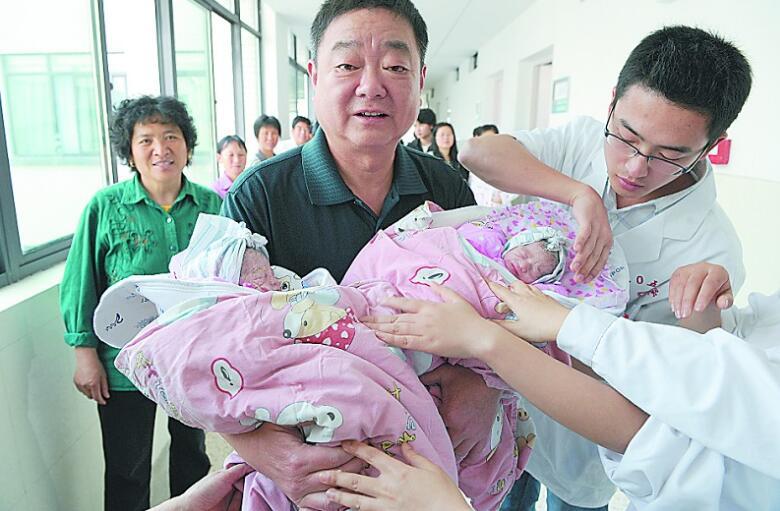 60岁奶奶生下双胞胎,用经历告诉我们,高龄产子是幸福还是心酸