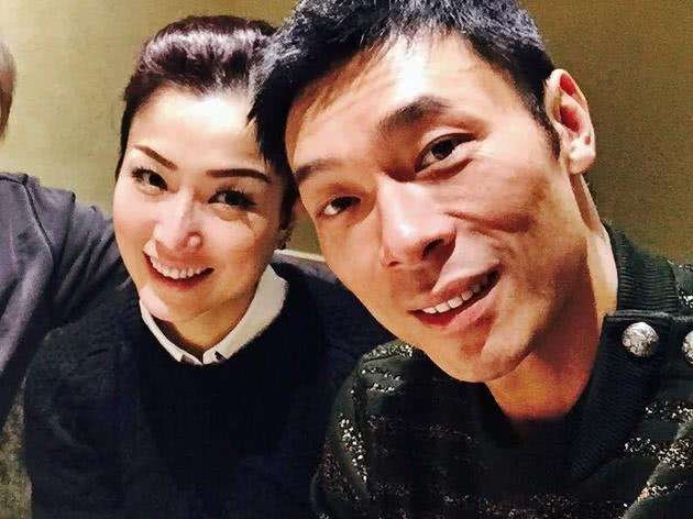郑秀文亲自挑选礼物为许志安庆生,夫妻亲密挽手感情和好如初