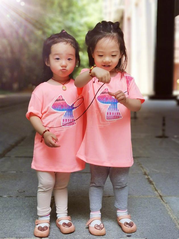 炫女狂魔!杨威晒双胞胎女儿穿同款衫手牵照