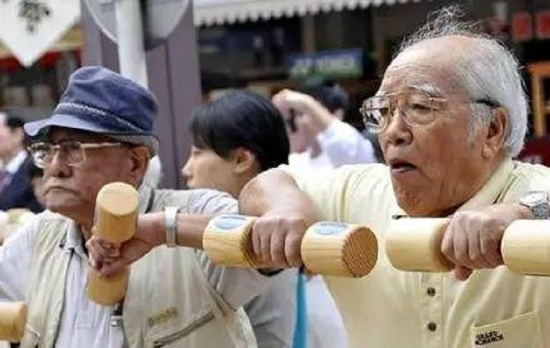 为养老,日本老人排队进监狱!狱警成护工,性价比高于养老院…