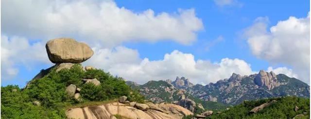 九侯山位于詔安縣城以北15公里,九峰并列,尊若公侯,方圓十余里,層巒疊嶂,煙嵐起伏。九侯山從唐代開始就是歷代文人名士游覽避世講學的地方,摩崖石刻、歷史古跡眾多。山上以九候巖為核心,以寺廟和奇特山石為主,擁有十八景、二十四奇觀,既是風景名勝,也是著名的佛教圣地,被譽為萬山第一。 尋夢谷  尋夢谷被譽為閩南第一瀑布群,位于漳州馬洋溪生態旅游區、國家森林公園天柱山東麓,是閩南黃金旅游圈和廈門城市郊野休閑旅游帶的一顆綠色明珠,景區距長泰縣城僅30公里、距廈門集美區灌口鎮國道僅18公里。雄峻奇秀的尋夢谷掩映在