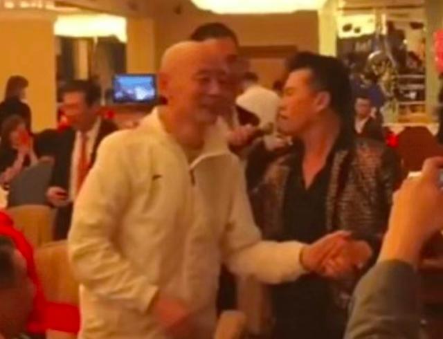 62岁葛优参加酒宴体态佝偻,与63岁吕良伟状态天差地别 作者: 来源:猫眼娱乐V
