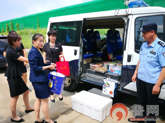 周村企业代表慰问张店公安分局支援抢险救灾工作组