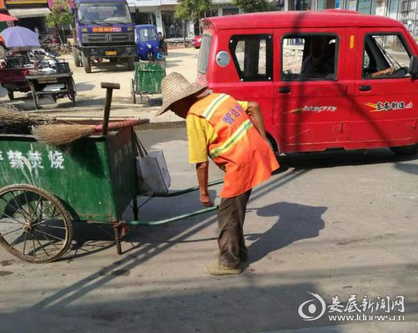 杨市镇:环卫工人战酷暑 坚守街头保清洁