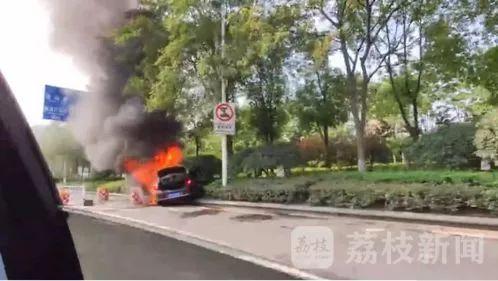 <b>【惨烈】南京一网约车行驶途中爆燃,致乘客死亡司机重伤!</b>