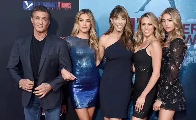 史泰龙一家出席电影首映礼,三女儿颜值惊艳身材太火辣