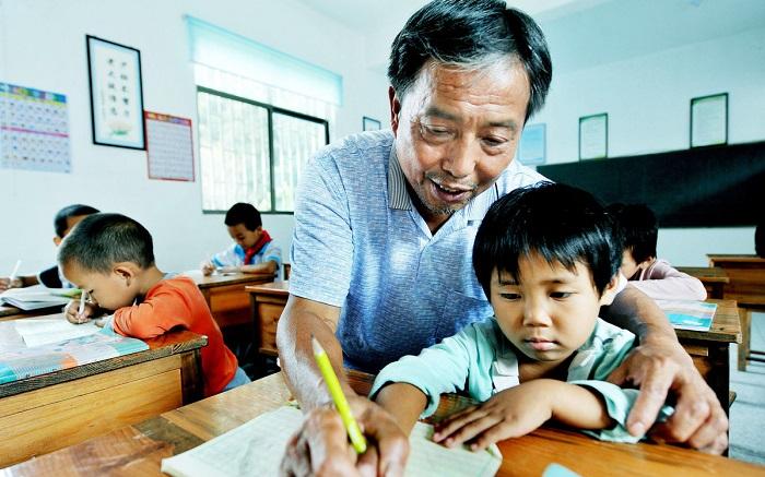 大学老师和小学、初中、高中的老师比起来,谁更轻松?答案很现实