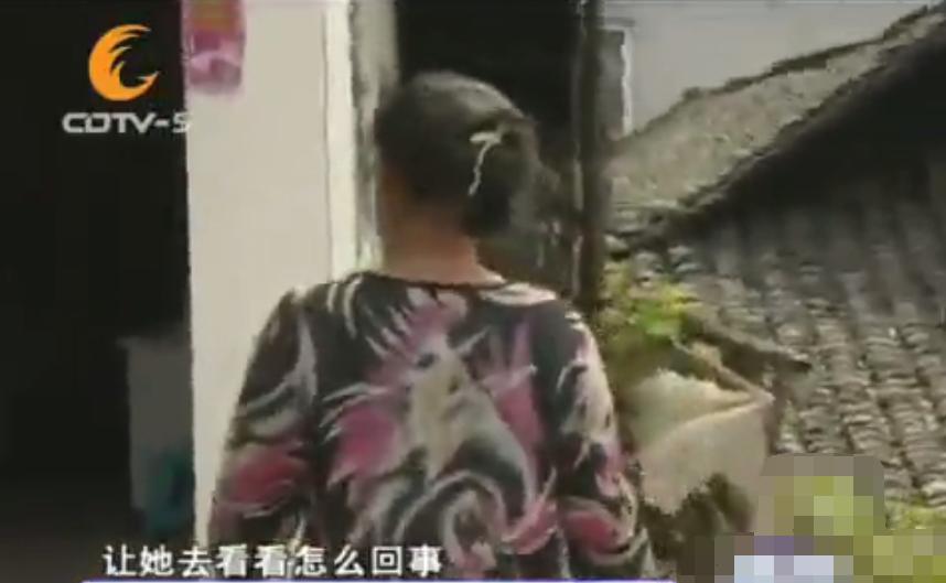 为了外面的女人,男子偷偷给妻子脖子套绳:就是觉得外面的更好
