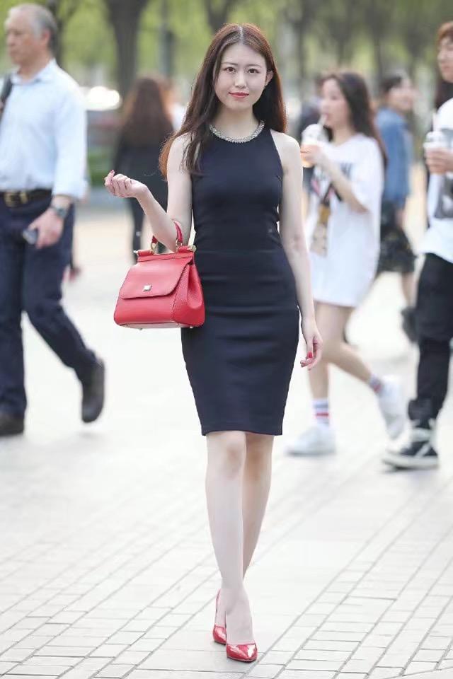 少妇自拍嫩b_街拍!知性少妇性感十足,黑色连衣裙尽显高贵