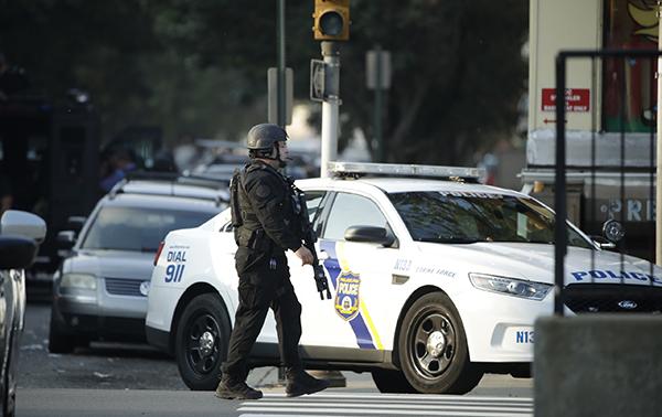 美国费城枪击案仍在持续:已有6名警察中枪,2警察被困_警方
