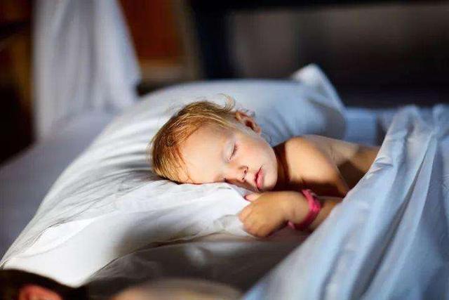孩子睡觉爱踢被子,除了是因为热,这几个原因宝妈也别忽视