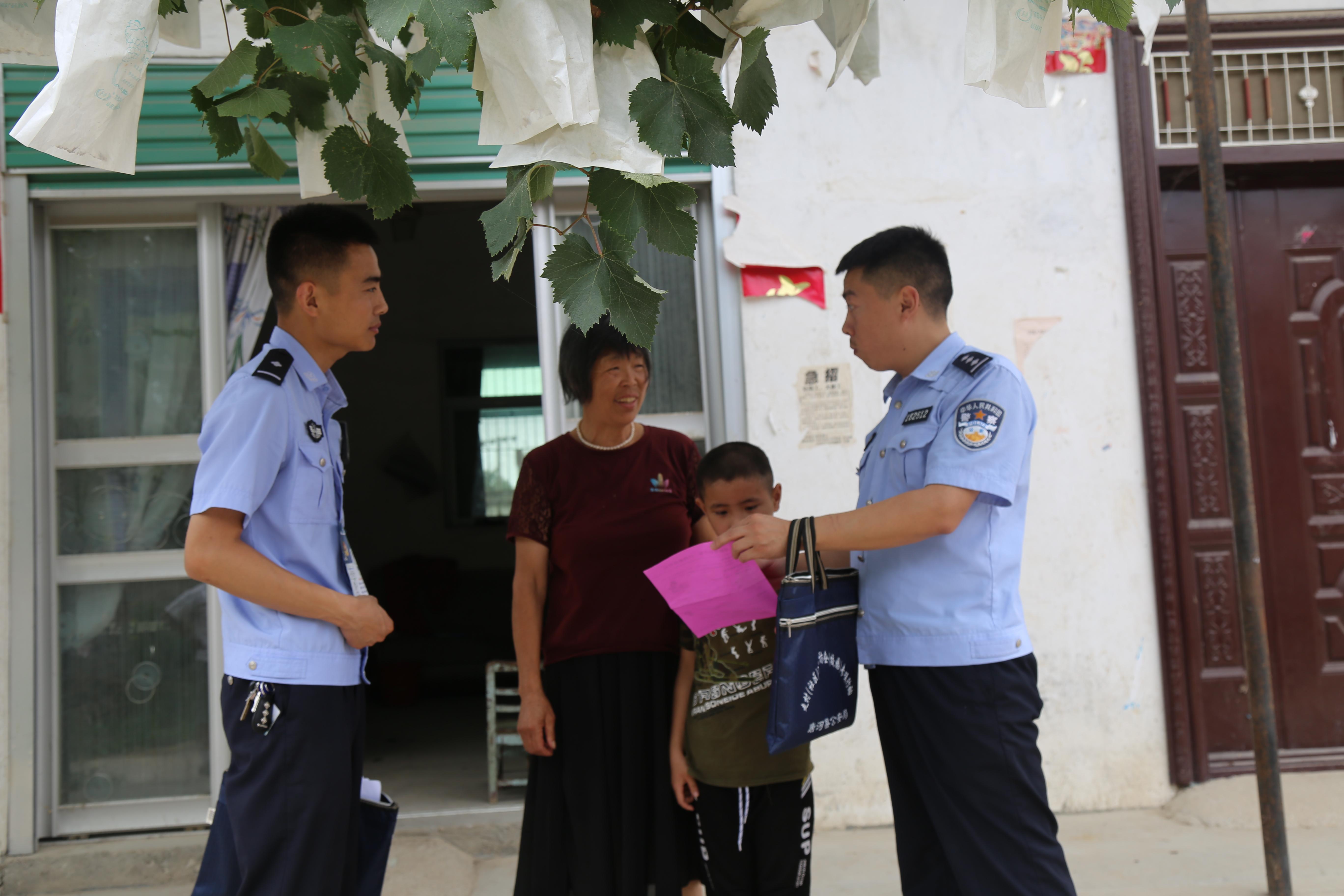 唐河民警张保 走村入户宣传安全防范知识
