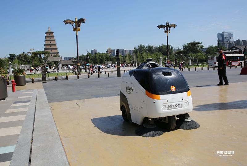 """西安:""""白白胖胖""""的5G智能掃地機器人上崗_速度"""