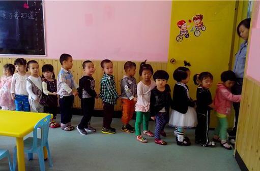 """原創            3歲娃從來不在幼兒園""""拉粑粑"""",媽媽知道原因,心疼不已"""