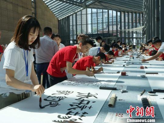 中日韩青少年汇聚古城西安 百米长卷上书写唐诗