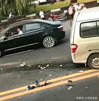 悲惨!面包车逆行与摩托车相撞,摩托司机撞碎挡风玻璃当场死亡!
