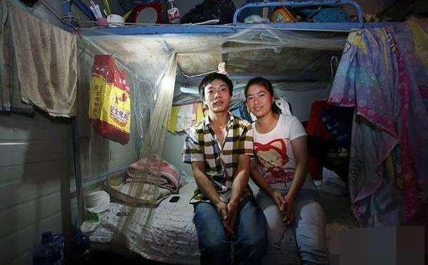 【年轻妈妈和老公住工地,一间屋子5对夫妻,一个窗帘代表一个房间】
