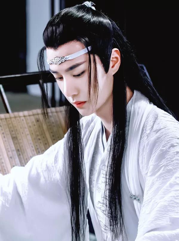 王一博穿古装帅到极点 看到他学生造型,网友 像极了爱情的样子