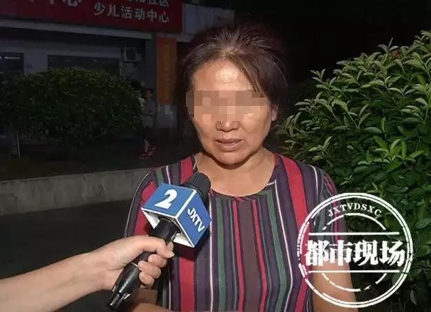 南昌:她给3岁外孙买了2根火腿,快吃完时看了一眼,赶紧扔掉