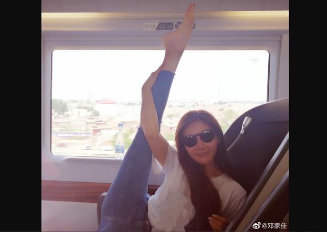 <b>《爱情公寓》唐悠悠扮演者邓家佳在车厢内掰腿,是不是不雅观?</b>