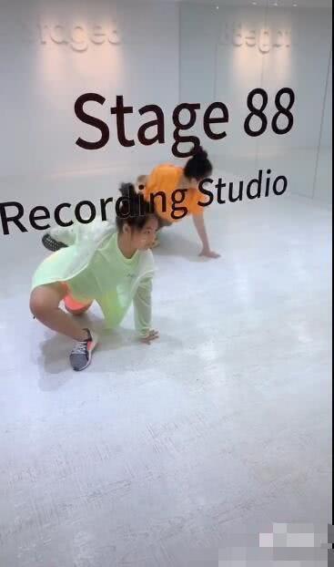李湘晒王诗龄练舞视频 学得超认真
