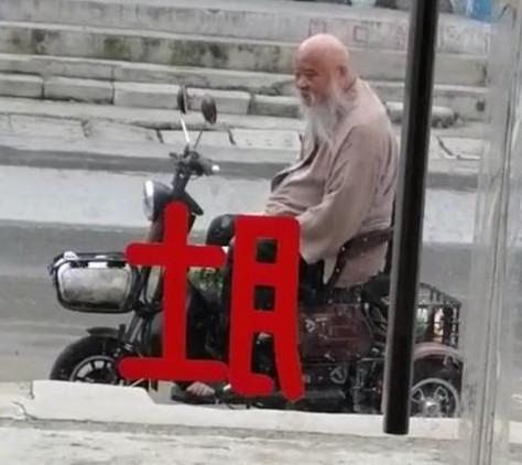 64岁李琦近况暴光,用小三轮代步暮年宽裕?实际坐拥两辆百万豪车
