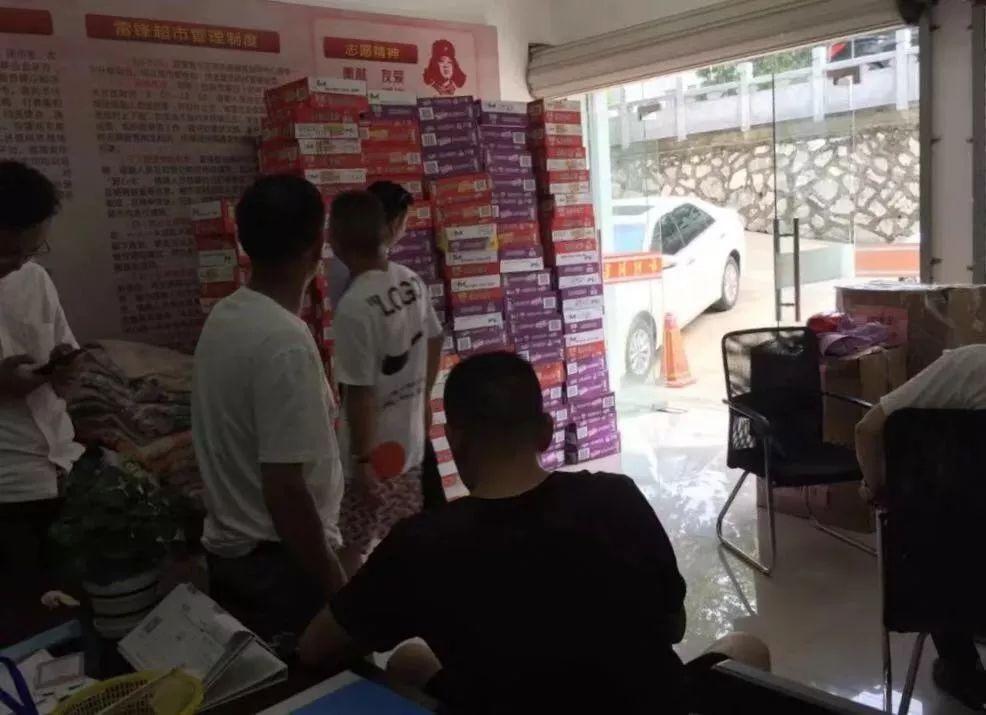 爱心不停歇——雷锋超市向灾区捐赠救援物资