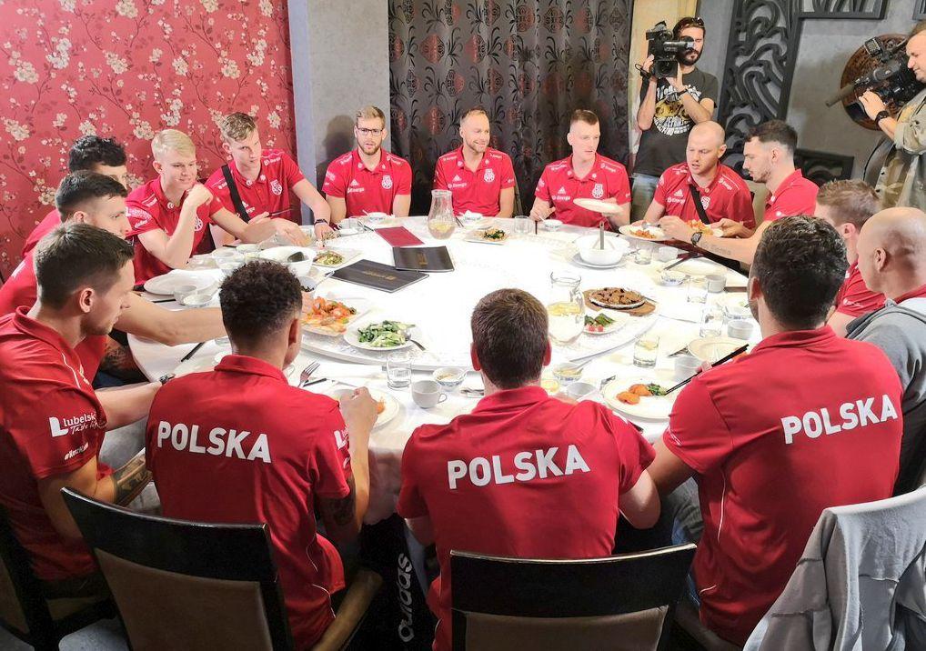 入乡随俗!波兰男篮另类备战世界杯 吃中餐+玩麻将