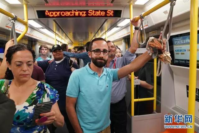 """""""中国制造""""地铁在波士顿投运!乘客感慨:终于闻到新车味儿了"""