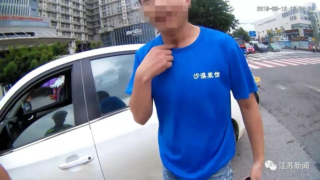 男子无证驾驶被查后装聋哑人比划半天,突然,手机响了