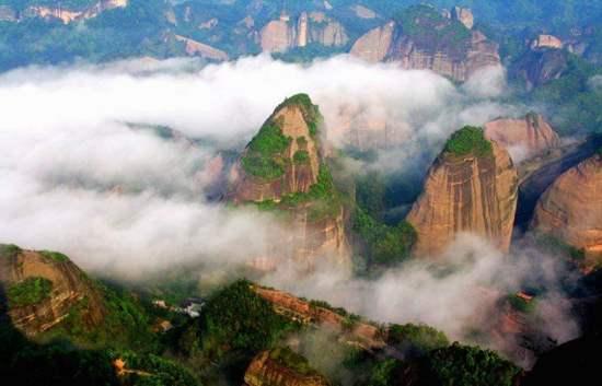 袖珍的山廟,萬丈懸崖的邊緣,僅能容下1人燒香