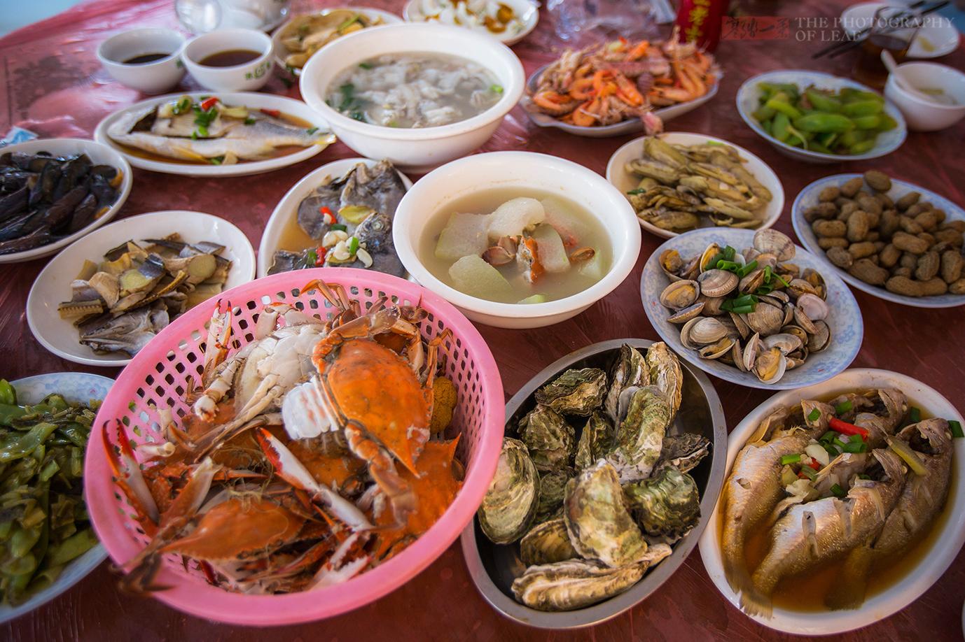 第一次出海捕鱼,捞上来的海鲜烧了满满一桌,看看值多少钱?