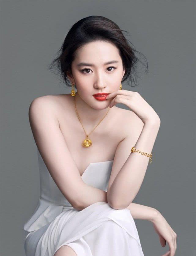 她是第一个为自己设计脸的明星?涅槃重生,走在街上比刘亦菲还美