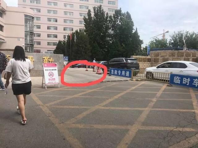 女子开豪车占医院急救通道,与交警对峙:你动我?