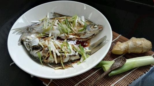 做清蒸鱼是先淋油还是先放酱油?放错了顺序,鱼腥味重营养还差
