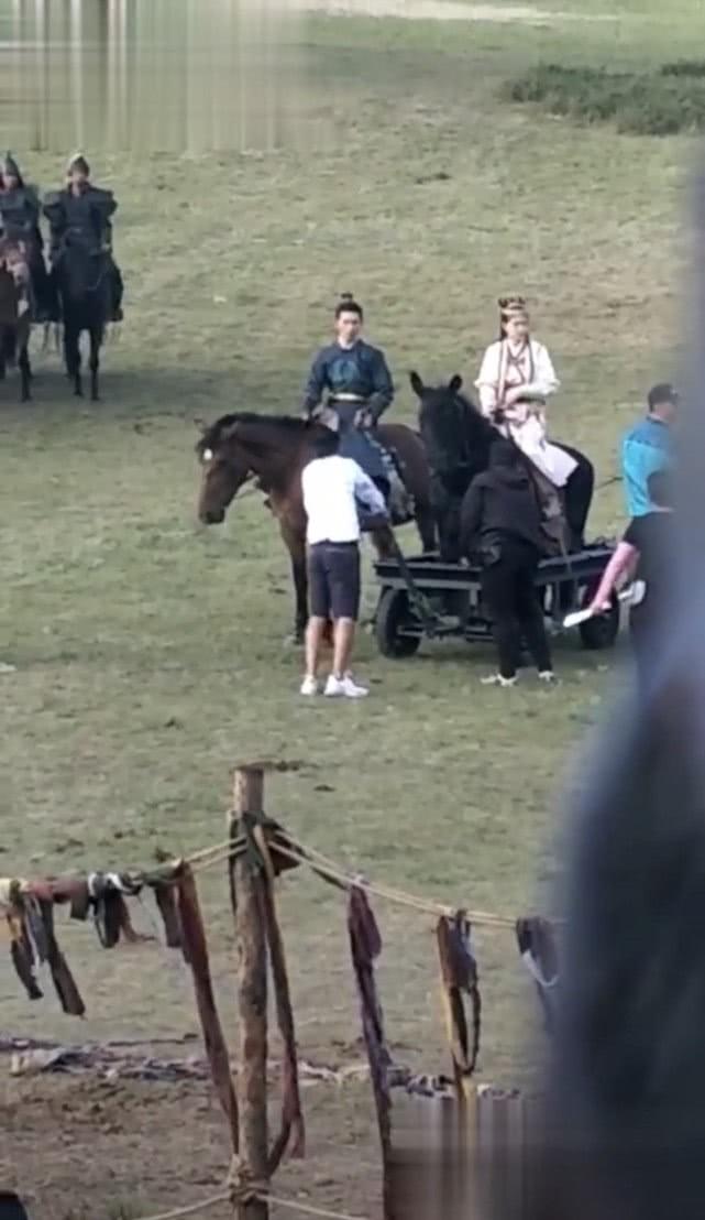 真怀了?唐嫣最新片场照,受优待骑假马,腹部隆起不时调整腰带