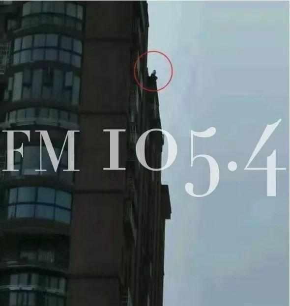 小区里看到一男孩像极了男友,杭州一女子竟哭着跑上18楼屋顶……