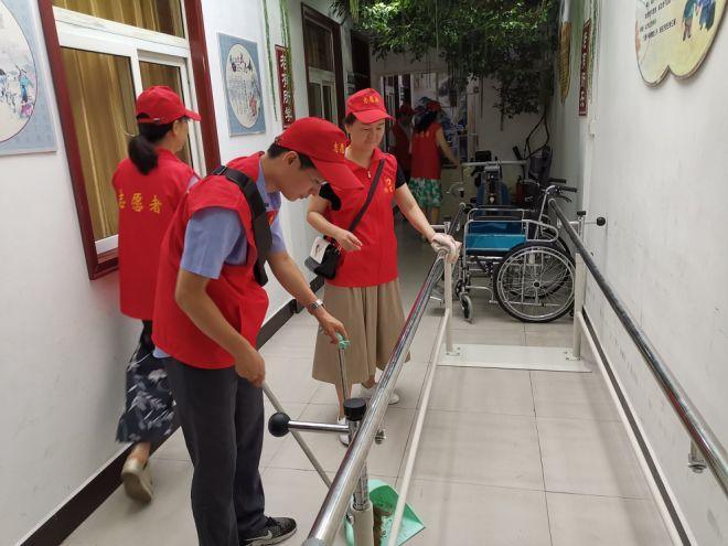市工信局组织开展党员进社区清洁 环保学雷锋志愿服务