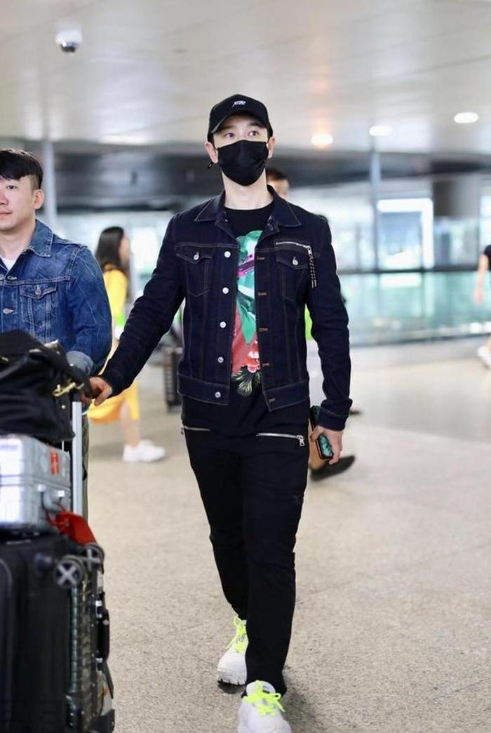 """2岁黄晓明现身机场,牛仔外套配黑长裤,穿衣造型终于不走总裁风"""""""