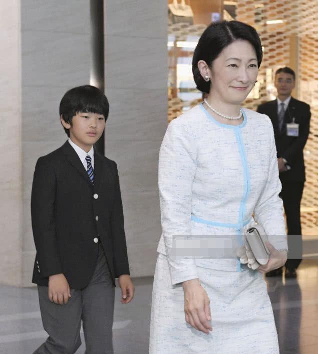日本皇室独苗13岁小王子访问不丹!穿西装亮相有点萌,没有巴伦帅