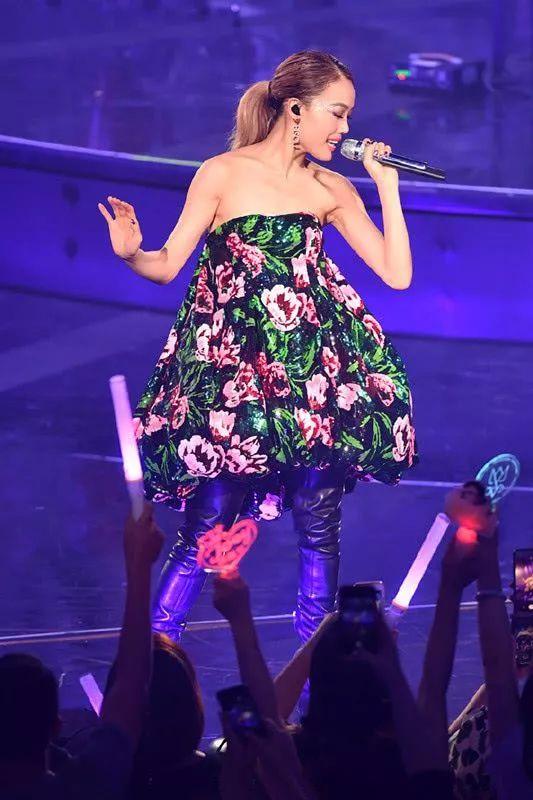 古天乐现身演唱会,穿粉色西装搭高领,49岁还那么有潮流感