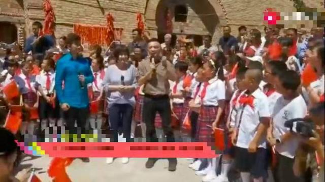 央视主持尼格买提下乡参加活动,发福明显发际线堪忧 作者: 来源:猫眼娱乐V
