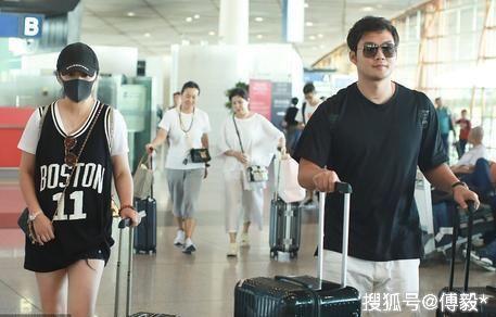 马丽和老公现身机场,黑白情侣装秀恩爱,这对好幸福!