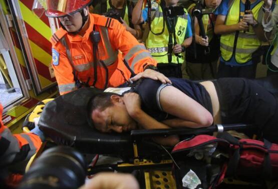 <b>付国豪香港机场遭殴打 警方逮捕19岁涉案男子</b>