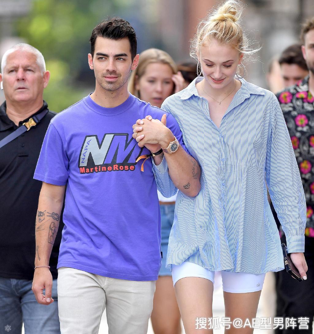 23岁索菲·特纳和丈夫现身街头!《权游》珊莎淡妆出镜,美到窒息