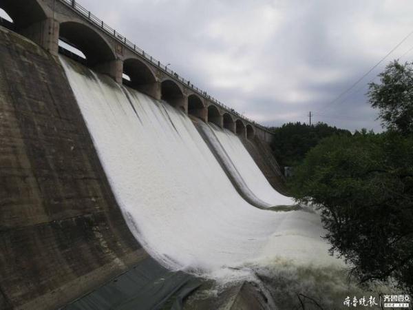 这里有一道独特的瀑布壮不雅!济南美丽川水库开闸泄洪,排场震动