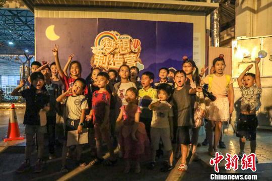 """上海小学生夜探飞机""""宝库""""、""""百变""""车队"""