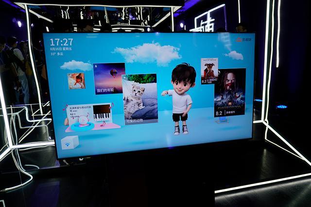 TCL XESS智屏发布:开机无广告、切换横竖屏,挂在客厅的手机