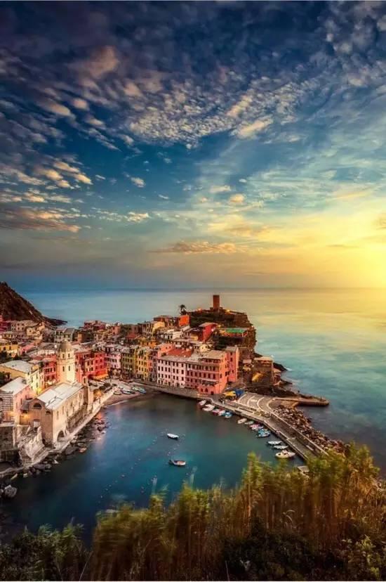 懸崖上的彩色漁村,五顏六色的快樂,只想陪你看盡天荒地老
