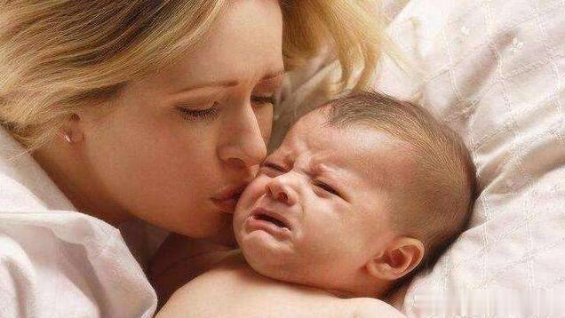 """别再抱怨宝宝""""一放下就醒""""了,抱着入睡的习惯可一定要纠正"""